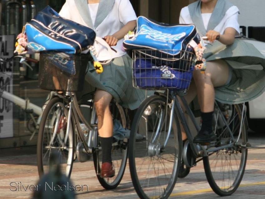 【自転車パンチラエロ画像】街中を颯爽とパンチラしながら走る素人JKやミニスカギャルやリクルートスーツJDの自転車パンチラ画像集w 39