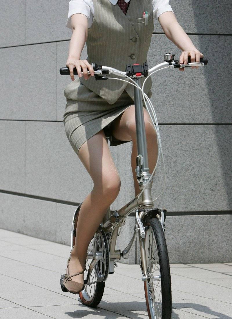 【自転車パンチラエロ画像】街中を颯爽とパンチラしながら走る素人JKやミニスカギャルやリクルートスーツJDの自転車パンチラ画像集w 40