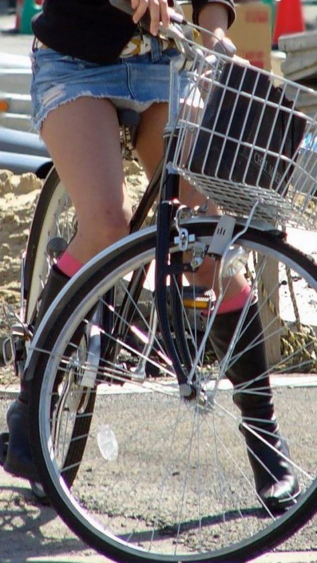 【自転車パンチラエロ画像】街中を颯爽とパンチラしながら走る素人JKやミニスカギャルやリクルートスーツJDの自転車パンチラ画像集w 41