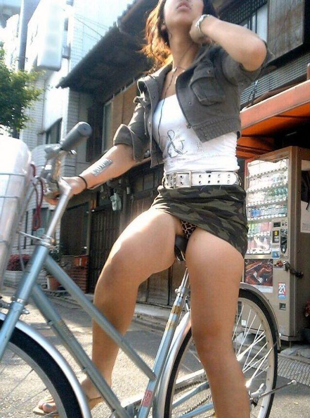 【自転車パンチラエロ画像】街中を颯爽とパンチラしながら走る素人JKやミニスカギャルやリクルートスーツJDの自転車パンチラ画像集w 42