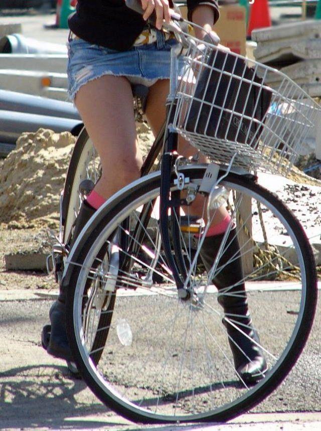 【自転車パンチラエロ画像】街中を颯爽とパンチラしながら走る素人JKやミニスカギャルやリクルートスーツJDの自転車パンチラ画像集w 48