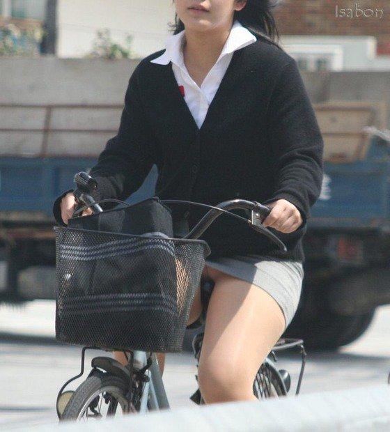 【自転車パンチラエロ画像】街中を颯爽とパンチラしながら走る素人JKやミニスカギャルやリクルートスーツJDの自転車パンチラ画像集w 51