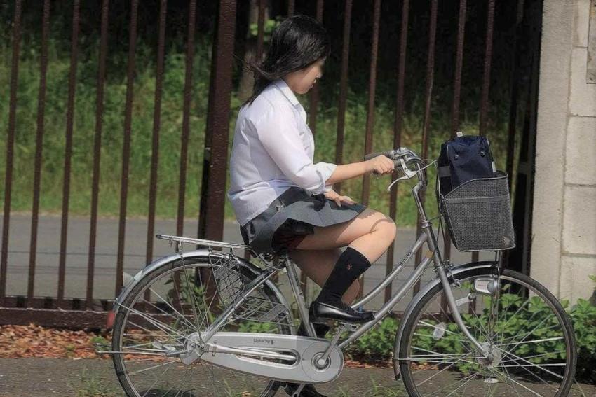 【自転車パンチラエロ画像】街中を颯爽とパンチラしながら走る素人JKやミニスカギャルやリクルートスーツJDの自転車パンチラ画像集w 54