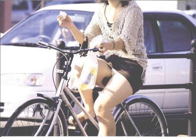 【自転車パンチラエロ画像】街中を颯爽とパンチラしながら走る素人JKやミニスカギャルやリクルートスーツJDの自転車パンチラ画像集w 58