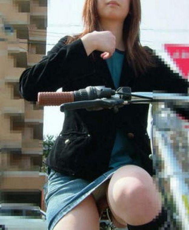 【自転車パンチラエロ画像】街中を颯爽とパンチラしながら走る素人JKやミニスカギャルやリクルートスーツJDの自転車パンチラ画像集w 59