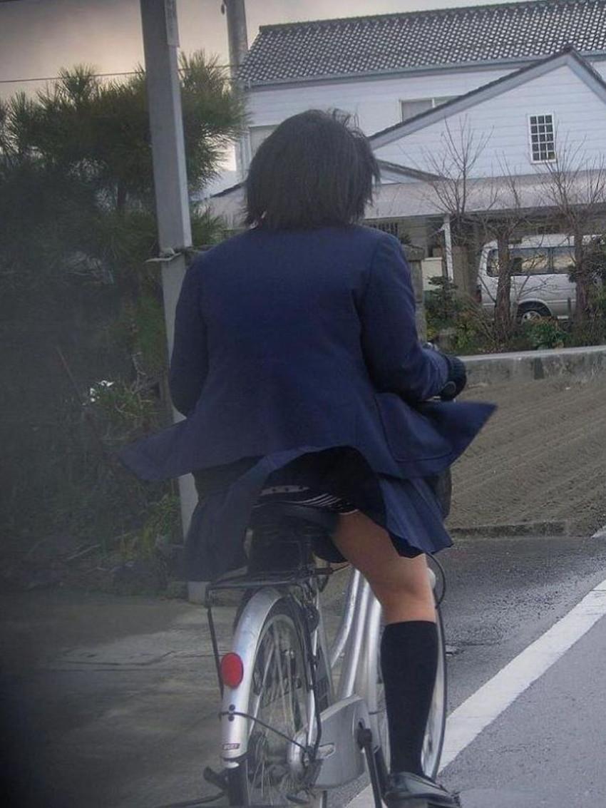 【自転車パンチラエロ画像】街中を颯爽とパンチラしながら走る素人JKやミニスカギャルやリクルートスーツJDの自転車パンチラ画像集w 60