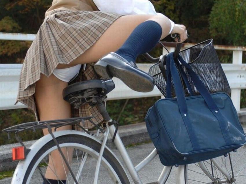 【自転車パンチラエロ画像】街中を颯爽とパンチラしながら走る素人JKやミニスカギャルやリクルートスーツJDの自転車パンチラ画像集w 61