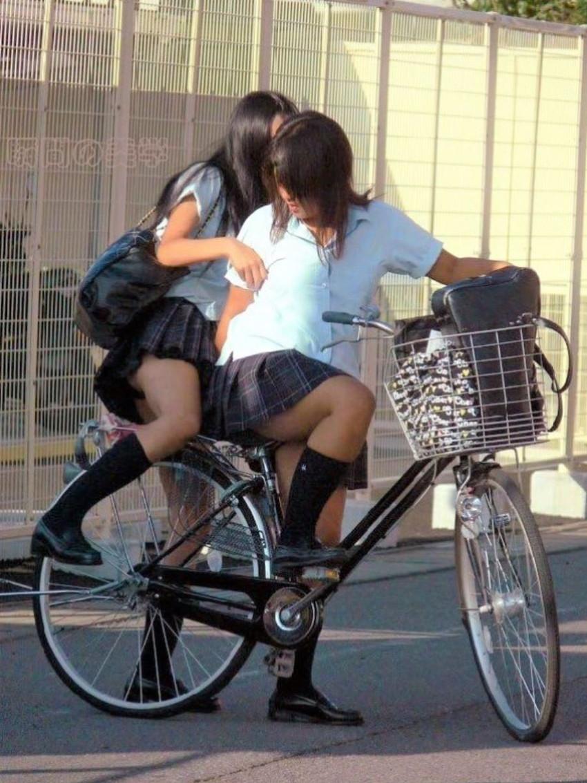 【自転車パンチラエロ画像】街中を颯爽とパンチラしながら走る素人JKやミニスカギャルやリクルートスーツJDの自転車パンチラ画像集w 64
