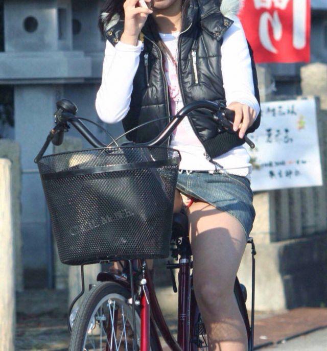 【自転車パンチラエロ画像】街中を颯爽とパンチラしながら走る素人JKやミニスカギャルやリクルートスーツJDの自転車パンチラ画像集w 69