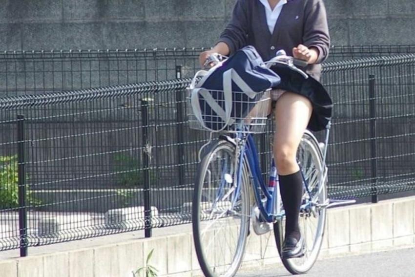 【自転車パンチラエロ画像】街中を颯爽とパンチラしながら走る素人JKやミニスカギャルやリクルートスーツJDの自転車パンチラ画像集w 72