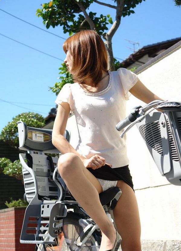 【自転車パンチラエロ画像】街中を颯爽とパンチラしながら走る素人JKやミニスカギャルやリクルートスーツJDの自転車パンチラ画像集w 73