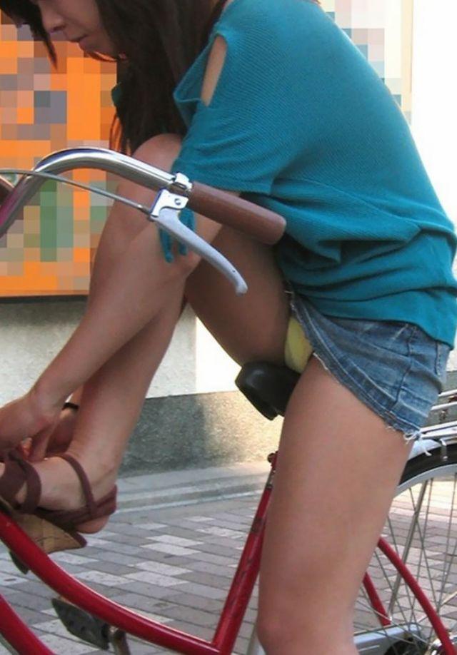 【自転車パンチラエロ画像】街中を颯爽とパンチラしながら走る素人JKやミニスカギャルやリクルートスーツJDの自転車パンチラ画像集w 74