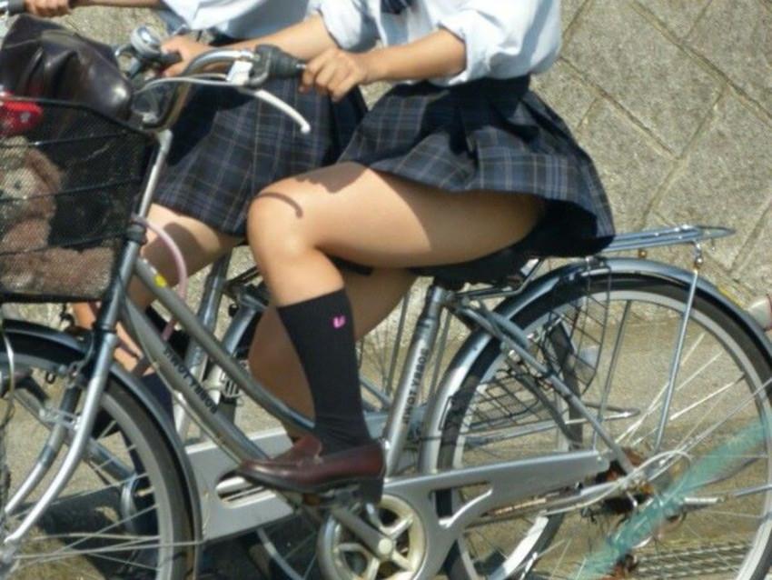 【自転車パンチラエロ画像】街中を颯爽とパンチラしながら走る素人JKやミニスカギャルやリクルートスーツJDの自転車パンチラ画像集w 76