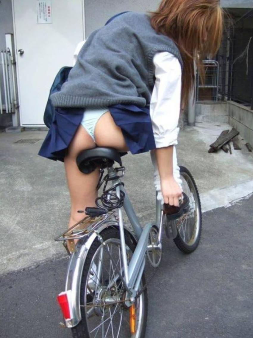 【自転車パンチラエロ画像】街中を颯爽とパンチラしながら走る素人JKやミニスカギャルやリクルートスーツJDの自転車パンチラ画像集w 77