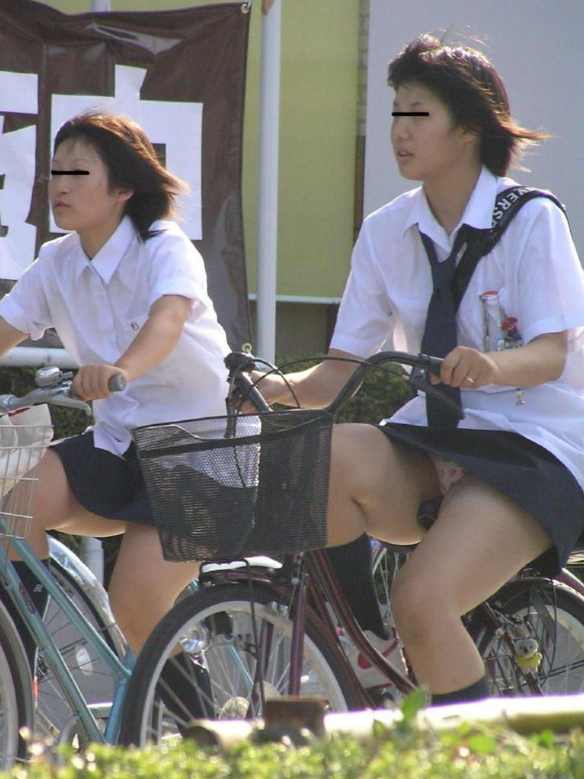 【自転車パンチラエロ画像】街中を颯爽とパンチラしながら走る素人JKやミニスカギャルやリクルートスーツJDの自転車パンチラ画像集w 78