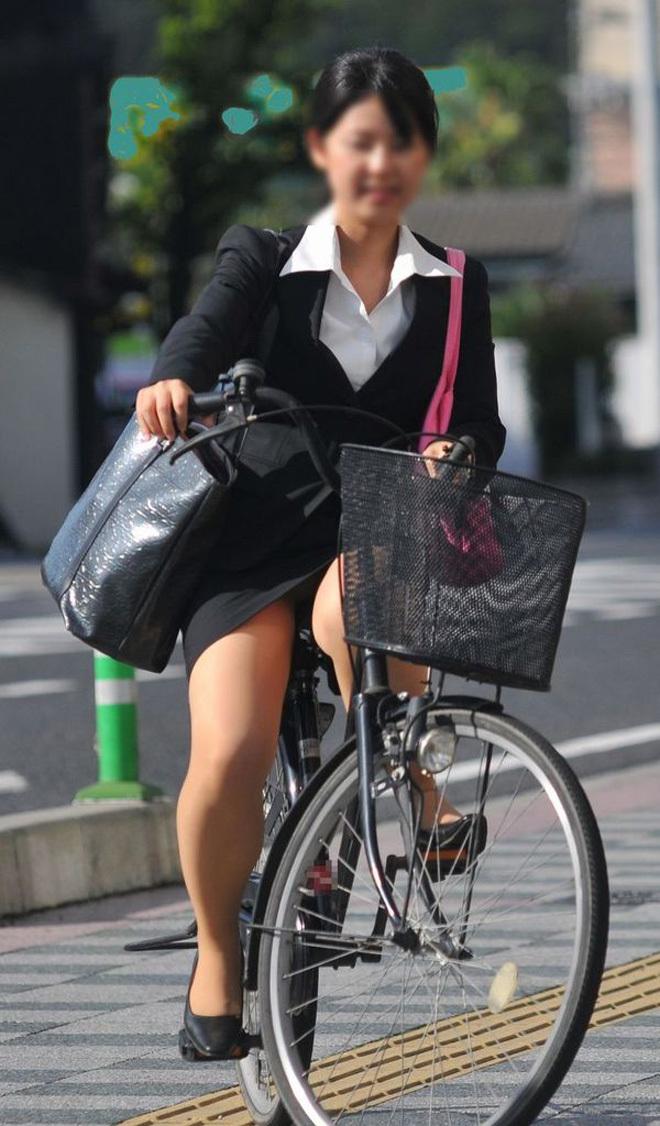 【自転車パンチラエロ画像】街中を颯爽とパンチラしながら走る素人JKやミニスカギャルやリクルートスーツJDの自転車パンチラ画像集w 79
