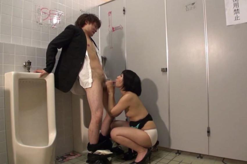 【公衆便所エロ画像】公衆トイレで肉便器化されたビッチがおねだりフェラや立ちバック挿入されてる公衆便所のエロ画像集w 37