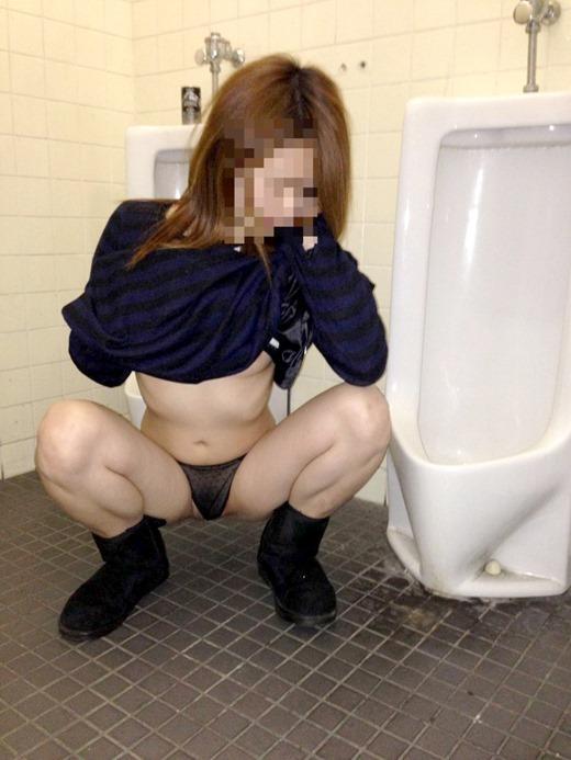 【公衆便所エロ画像】公衆トイレで肉便器化されたビッチがおねだりフェラや立ちバック挿入されてる公衆便所のエロ画像集w 57