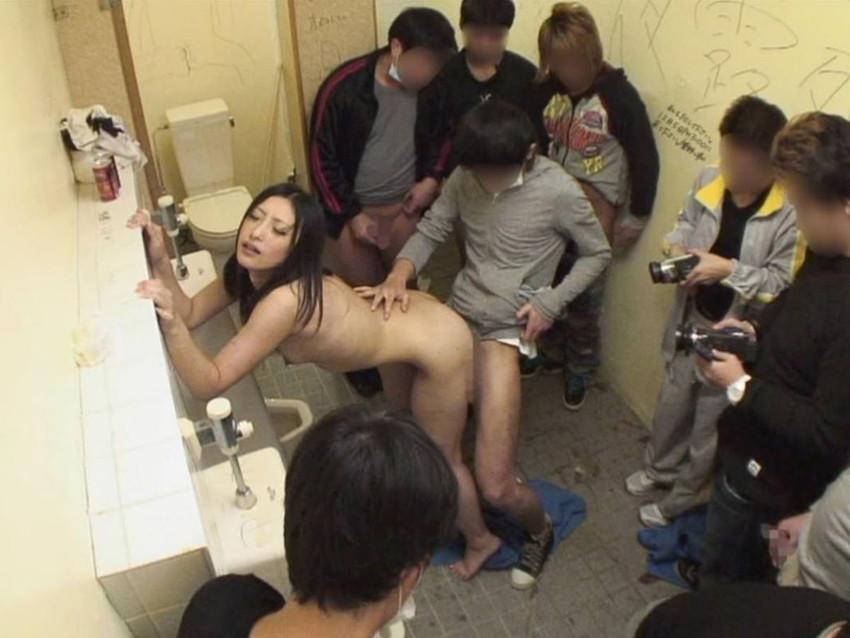【公衆便所エロ画像】公衆トイレで肉便器化されたビッチがおねだりフェラや立ちバック挿入されてる公衆便所のエロ画像集w 70