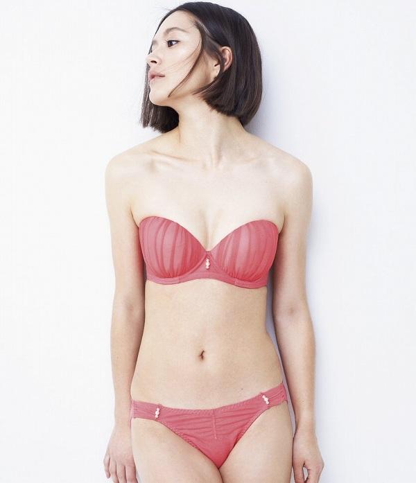 【下着モデルエロ画像】下着モデルが時にまんすじ喰い込ませたり透け乳首してカタログがエロ本化してる下着モデルのエロ画像集w 19