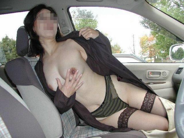 【カーセックスエロ画像】車内でビッチな彼女やセフレや人妻にローターオナニーやフェラさせたり調教挿入してるカーセックスのエロ画像集w 22