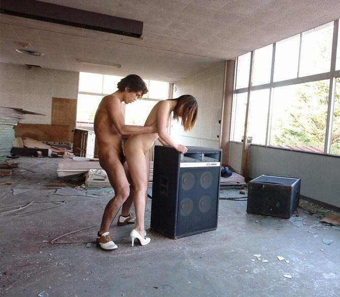 【廃墟エロ画像】廃墟で痴女お姉さまが全裸露出したり美少女を輪姦しまくってる廃墟エロ画像集w 18