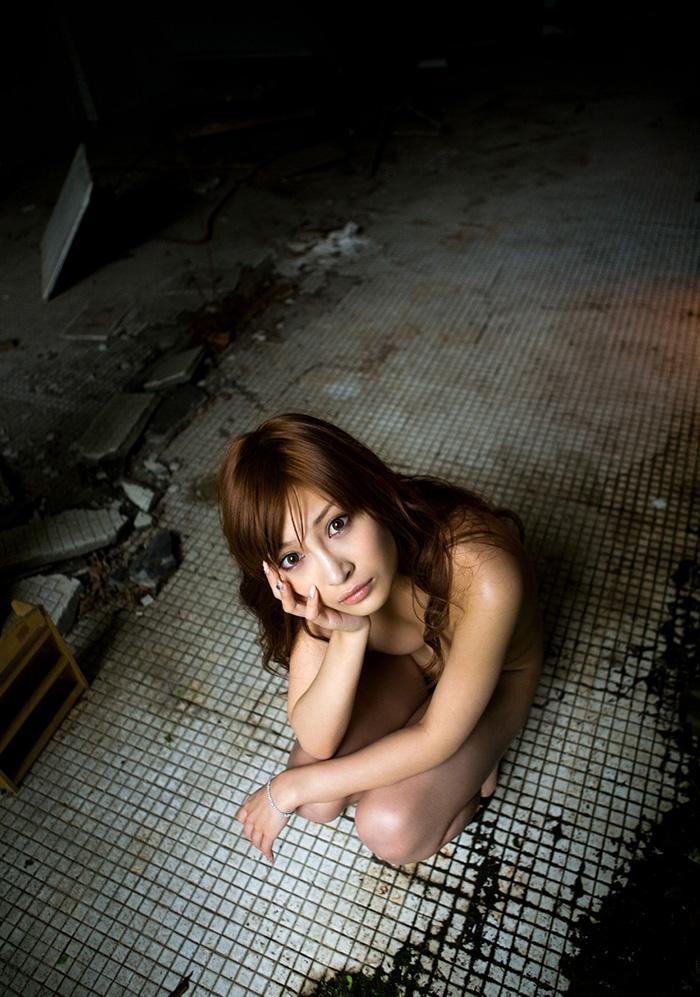 【廃墟エロ画像】廃墟で痴女お姉さまが全裸露出したり美少女を輪姦しまくってる廃墟エロ画像集w 42