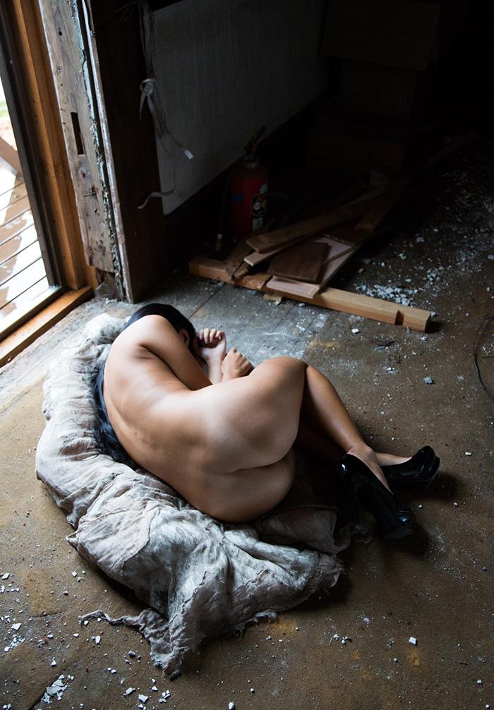 【廃墟エロ画像】廃墟で痴女お姉さまが全裸露出したり美少女を輪姦しまくってる廃墟エロ画像集w 56