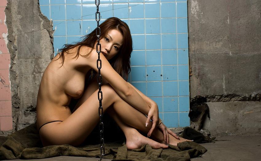 【廃墟エロ画像】廃墟で痴女お姉さまが全裸露出したり美少女を輪姦しまくってる廃墟エロ画像集w 64