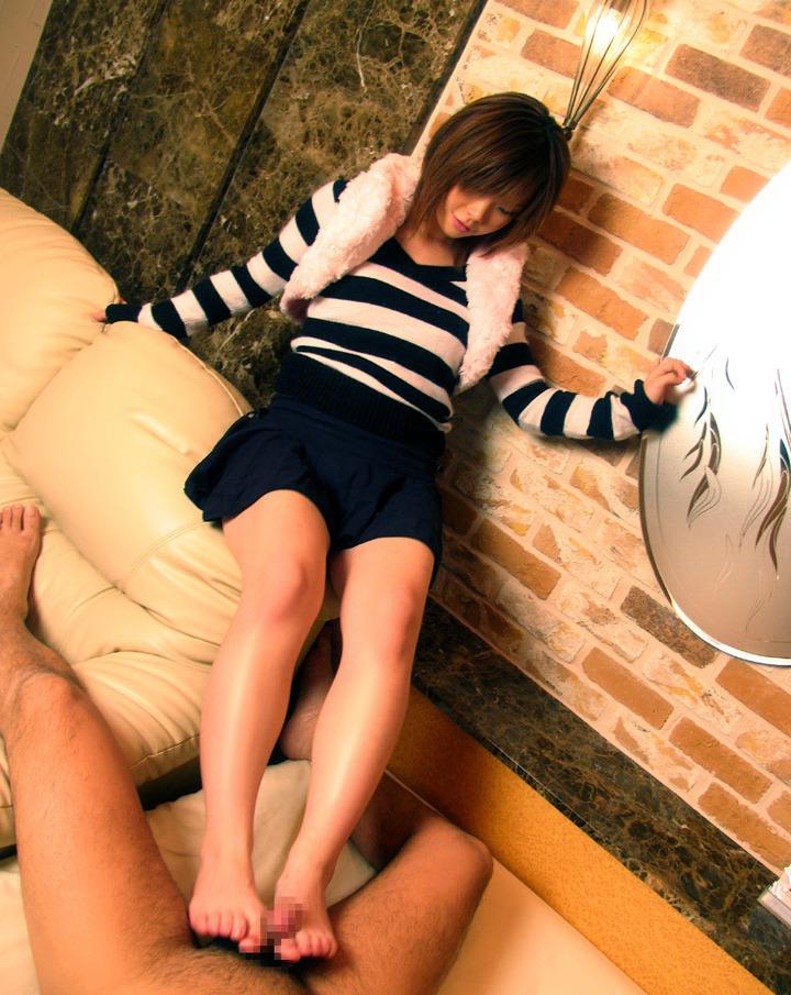 【足コキエロ画像】眼の前で美女がガニ股になっておまんこ丸見えやパンチラ状態で足コキしてくれるのって最高だよなw 31