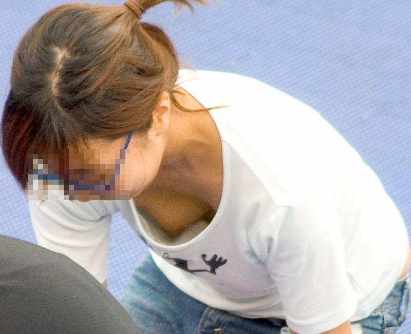 【前かがみエロ画像】素人の巨乳人妻や貧乳スレンダー美少女が前かがみで胸チラ盗撮されちゃってる前かがみエロ画像集 19