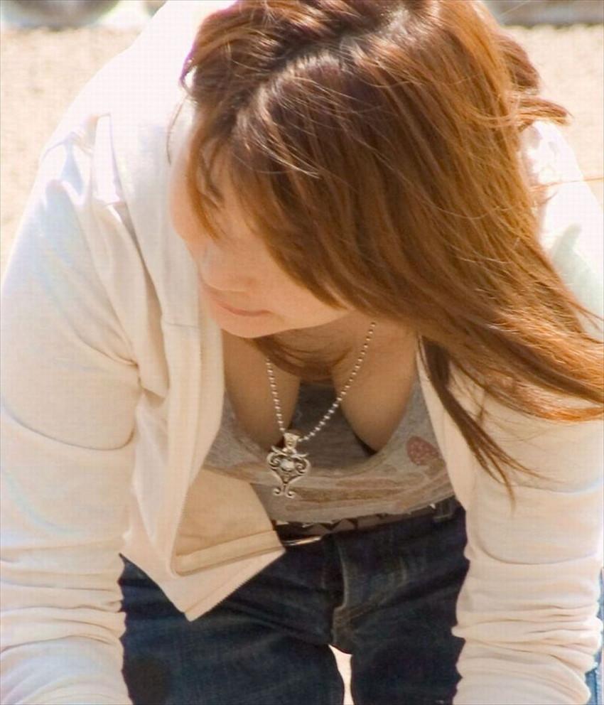 【前かがみエロ画像】素人の巨乳人妻や貧乳スレンダー美少女が前かがみで胸チラ盗撮されちゃってる前かがみエロ画像集 38