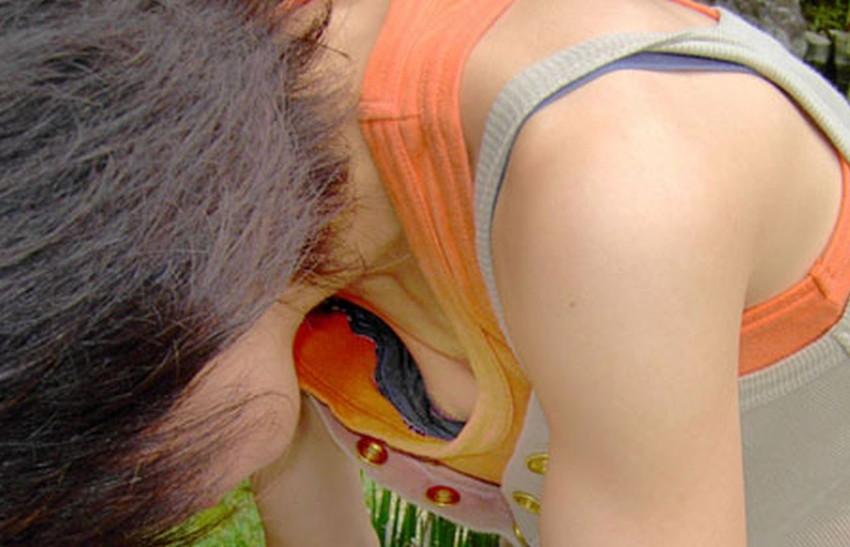 【前かがみエロ画像】素人の巨乳人妻や貧乳スレンダー美少女が前かがみで胸チラ盗撮されちゃってる前かがみエロ画像集 48
