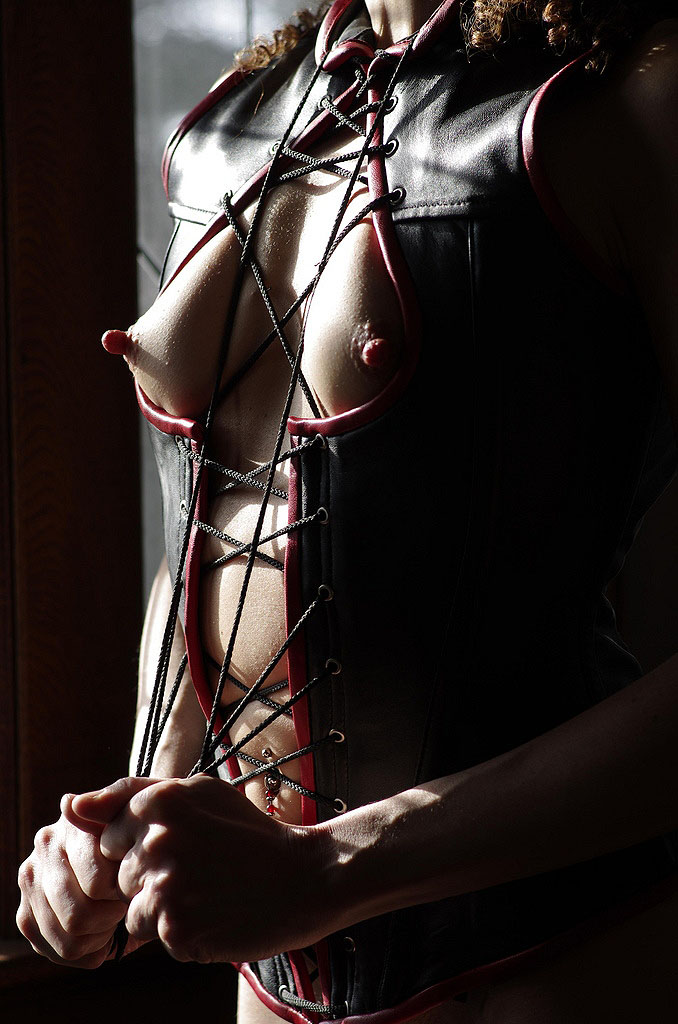 【ボンテージエロ画像】最近のボンテージコスはエナメルやレザーで巨乳や美尻を強調しててバラエティに富んでエロくなってきた件w 59