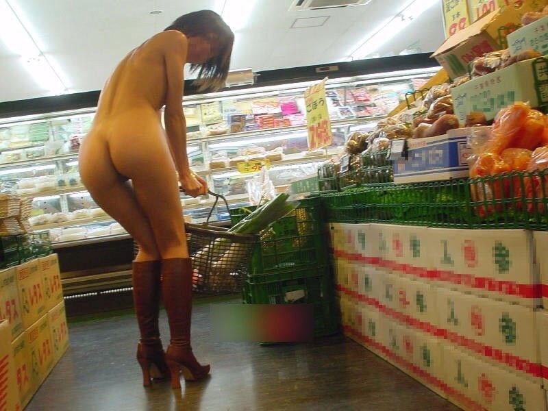 【野外露出エロ画像】他人に気付かれないように美巨乳を町中や店内で露出して興奮する痴女達の野外露出エロ画像集 35