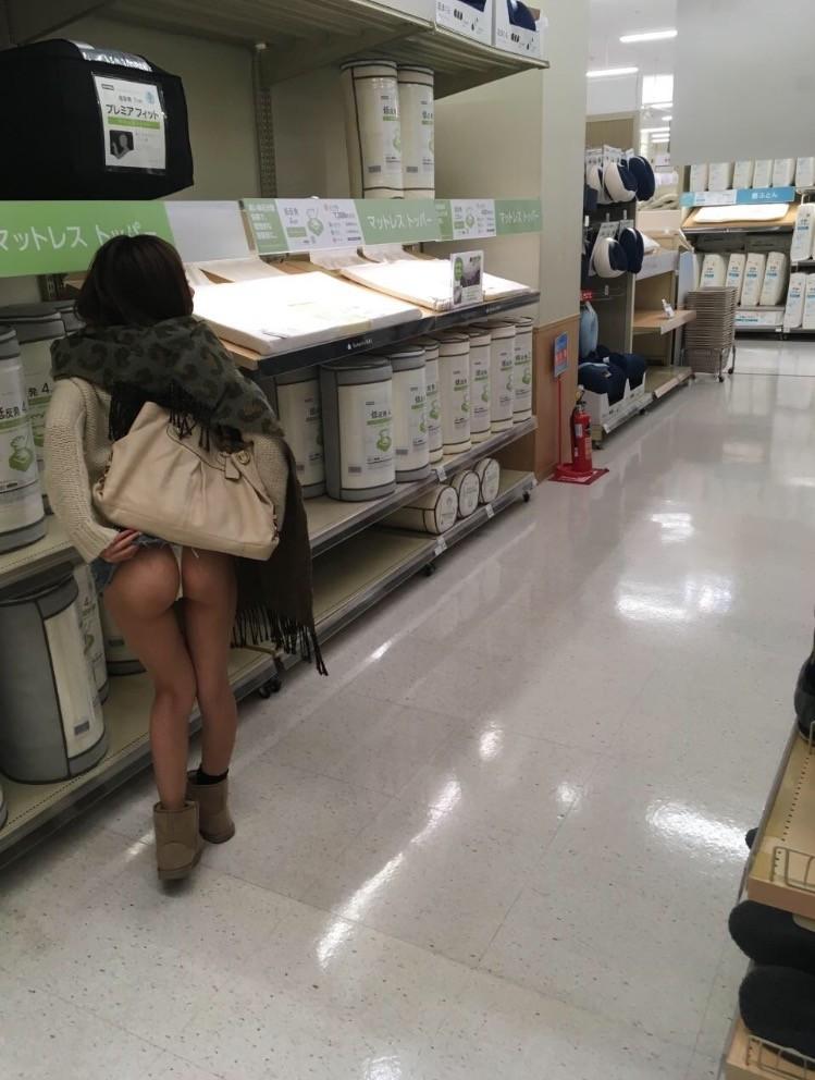 【野外露出エロ画像】他人に気付かれないように美巨乳を町中や店内で露出して興奮する痴女達の野外露出エロ画像集 52