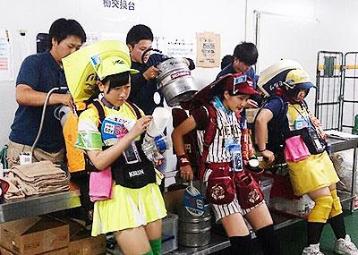 【ビール売り子エロ画像】あなたの太ももや脇の下や汗ばむ胸元にに夢中!ビール売り子のエロ画像集