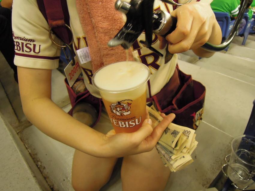 【ビール売り子エロ画像】あなたの太ももや脇の下や汗ばむ胸元にに夢中!ビール売り子のエロ画像集 03