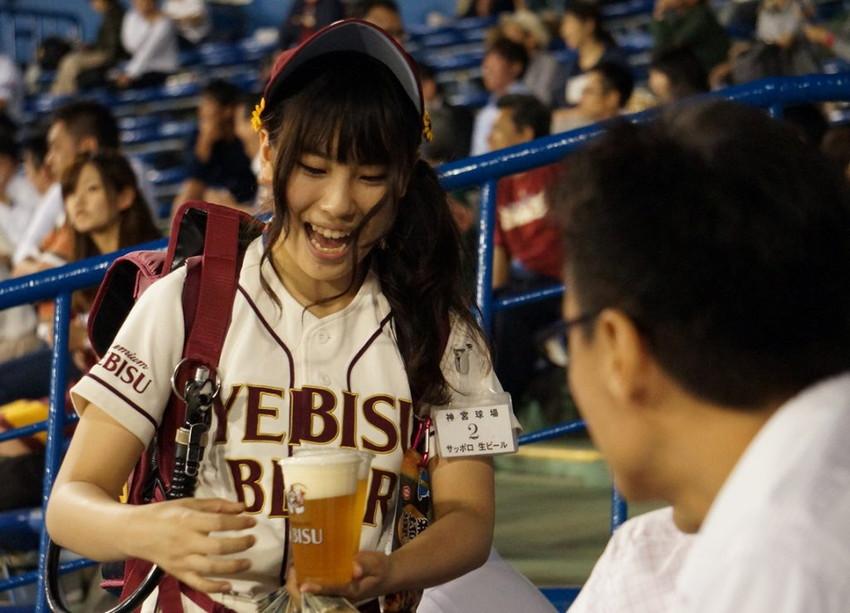 【ビール売り子エロ画像】あなたの太ももや脇の下や汗ばむ胸元にに夢中!ビール売り子のエロ画像集 32