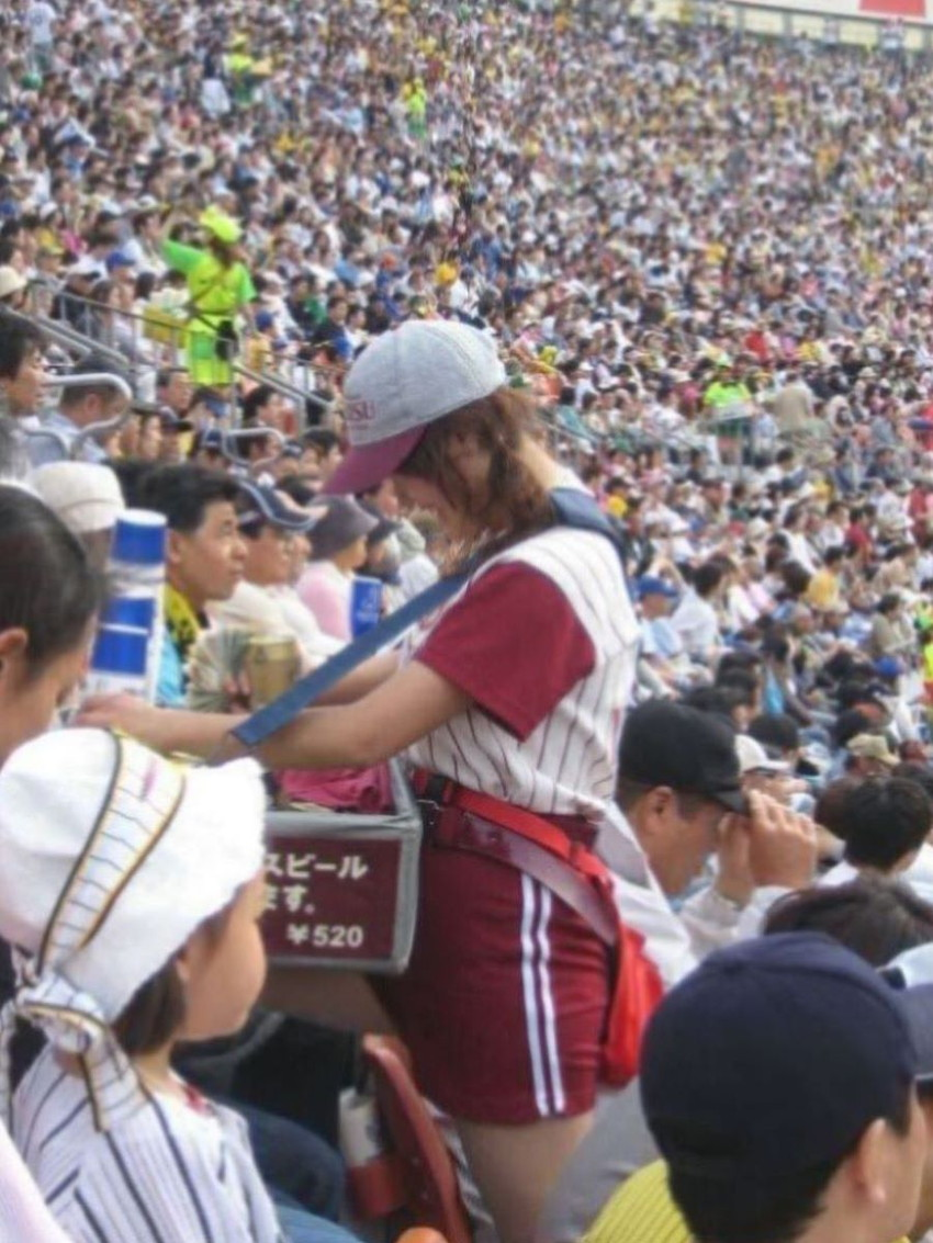 【ビール売り子エロ画像】あなたの太ももや脇の下や汗ばむ胸元にに夢中!ビール売り子のエロ画像集 42