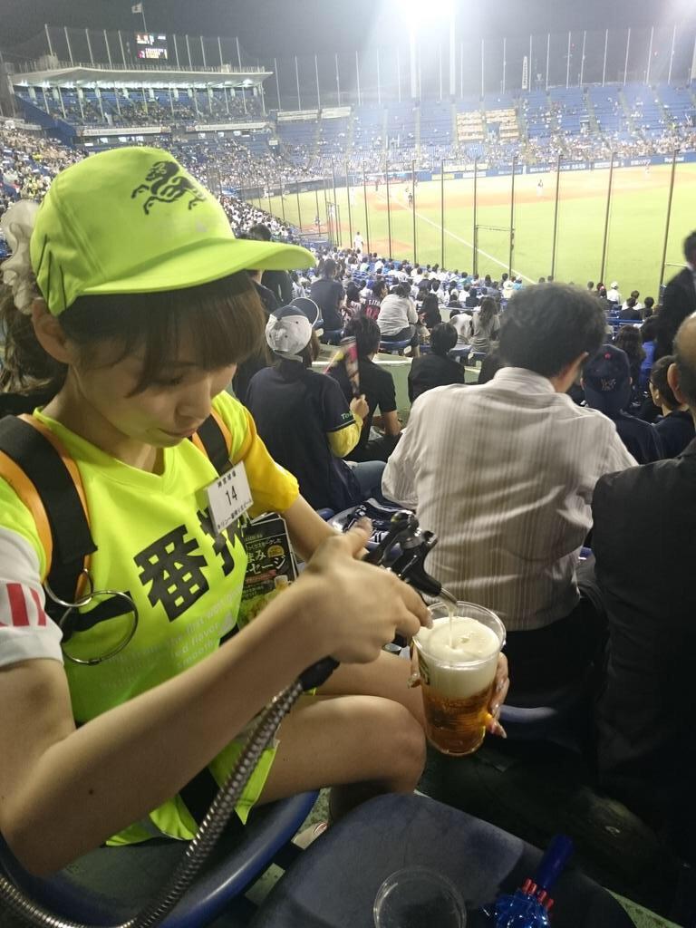 【ビール売り子エロ画像】あなたの太ももや脇の下や汗ばむ胸元にに夢中!ビール売り子のエロ画像集 47