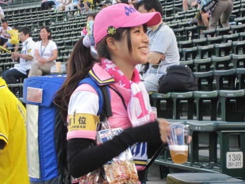 【ビール売り子エロ画像】あなたの太ももや脇の下や汗ばむ胸元にに夢中!ビール売り子のエロ画像集 53