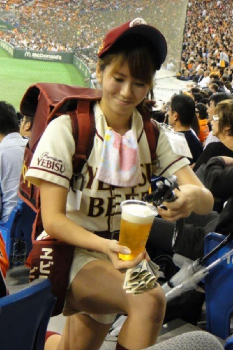 【ビール売り子エロ画像】あなたの太ももや脇の下や汗ばむ胸元にに夢中!ビール売り子のエロ画像集 56