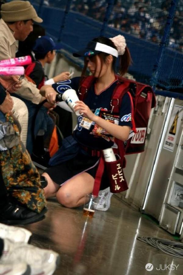 【ビール売り子エロ画像】あなたの太ももや脇の下や汗ばむ胸元にに夢中!ビール売り子のエロ画像集 65