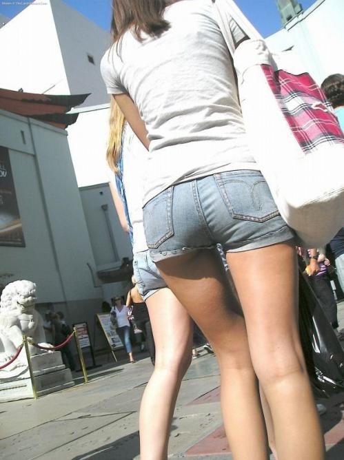 【デニムショーパンエロ画像】ハミマン・ハミパン必至!!むっちりデカ尻ギャル達のデニムショーパンエロ画像 24