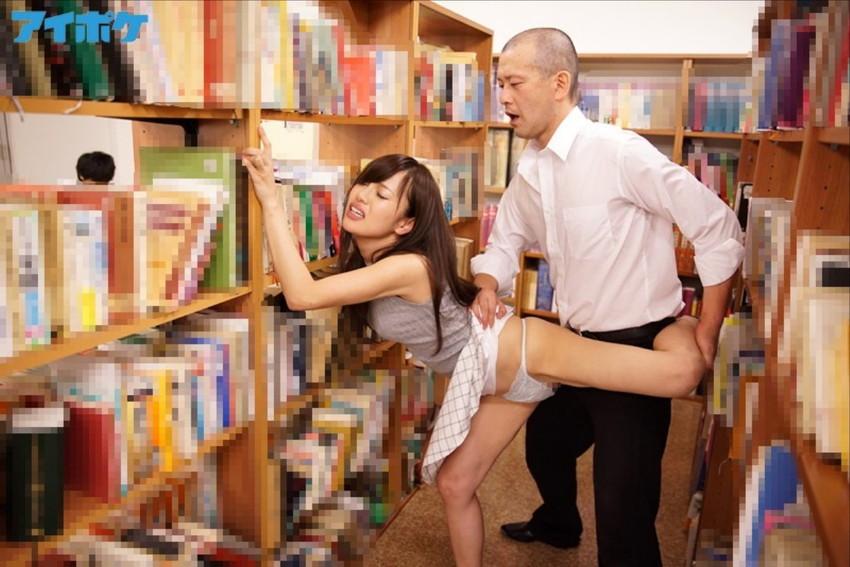 【図書館エロ画像】優等生JKや司書を図書館の本棚に隠れて立ちバック挿入で寝取っちゃってる図書館エロ画像集ww 28