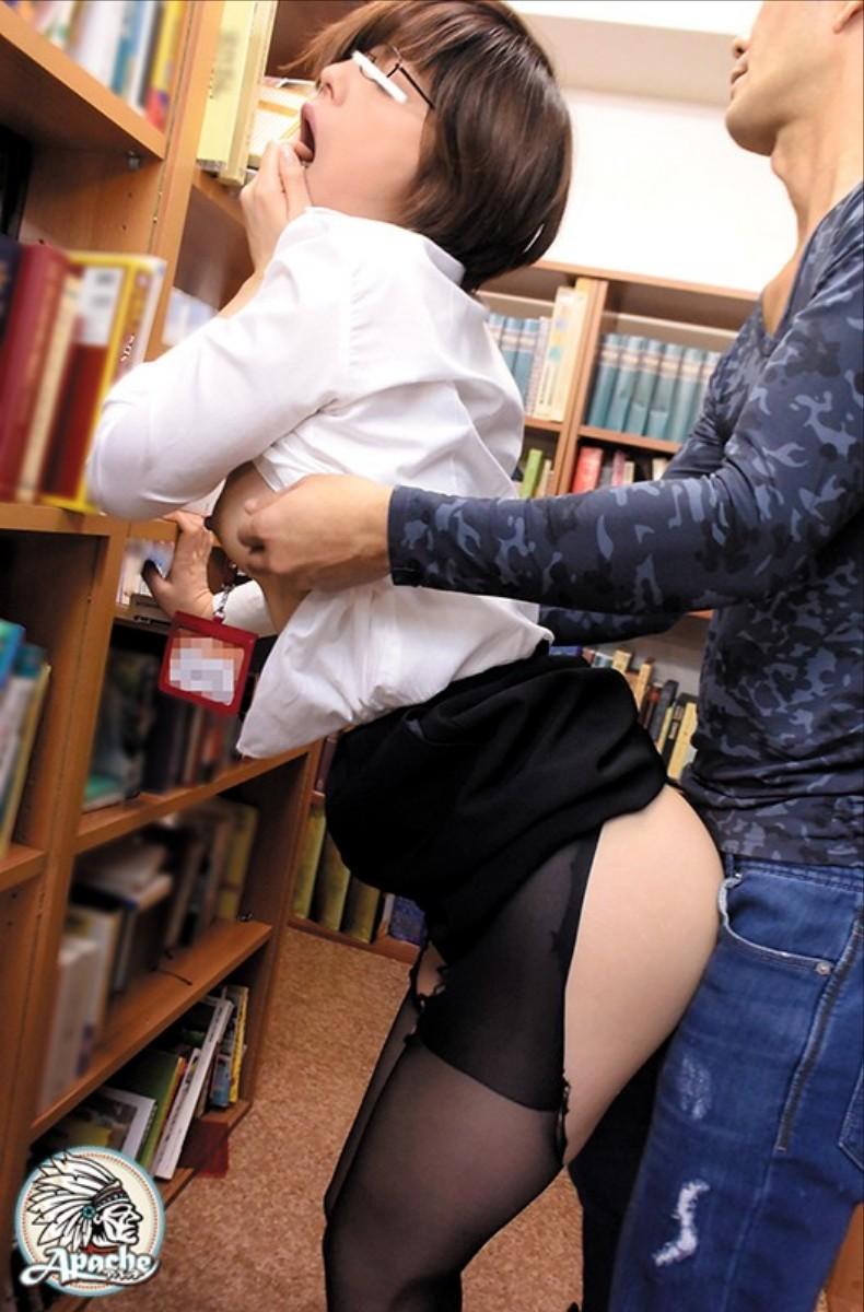 【図書館エロ画像】優等生JKや司書を図書館の本棚に隠れて立ちバック挿入で寝取っちゃってる図書館エロ画像集ww 49
