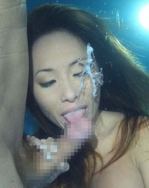 【水中セックスエロ画像】水中で泡履きながらフェラしたりレズプレイしたりちんこ挿入しちゃってる水中セックスのエロ画像集ww 19