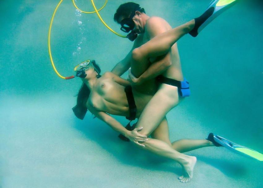 【水中セックスエロ画像】水中で泡履きながらフェラしたりレズプレイしたりちんこ挿入しちゃってる水中セックスのエロ画像集ww 51