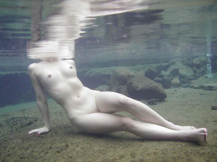 【水中セックスエロ画像】水中で泡履きながらフェラしたりレズプレイしたりちんこ挿入しちゃってる水中セックスのエロ画像集ww 53